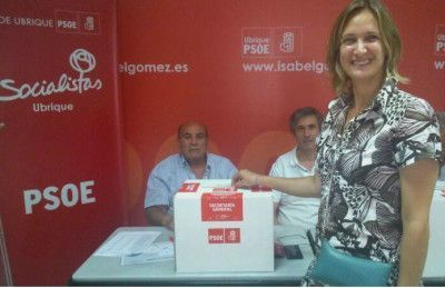 Isabel Gómez votando en la sede local