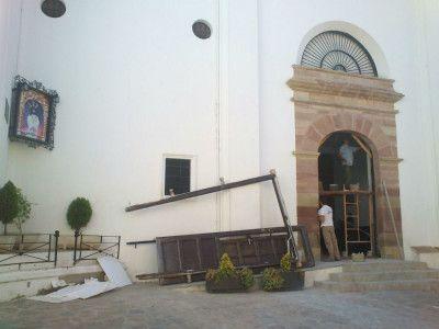 Instalación de nuevas puertas en la Parroquia