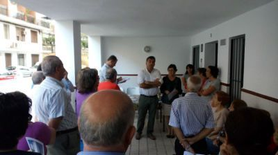 Manuel Cárdenas con vecinos de la calle Sol